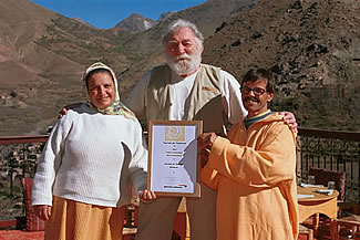 David Bellamy presenting award to Hajj Maurice & Hajja Arkia