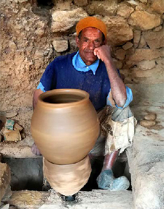 Potter in the village of Infgane